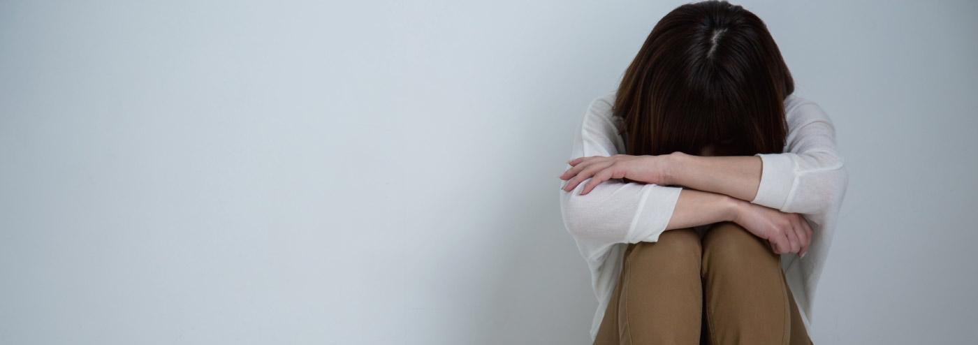 ストーカー被害に悩まされる女性